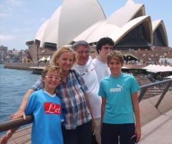 Francesca e la sua famiglia, tifosa del Napoli, con alle spalle il Sidney Opera House