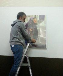 Il sindaco Renato Accorinti appende una foto di Vincenzo