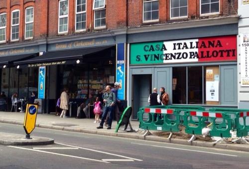 """Il locale """"I Terroni"""" nell'East London, meta di tanti italiani residenti nella capitale britannica"""