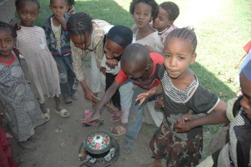 Tanti bambini per un piccolo pasto: Etiopia